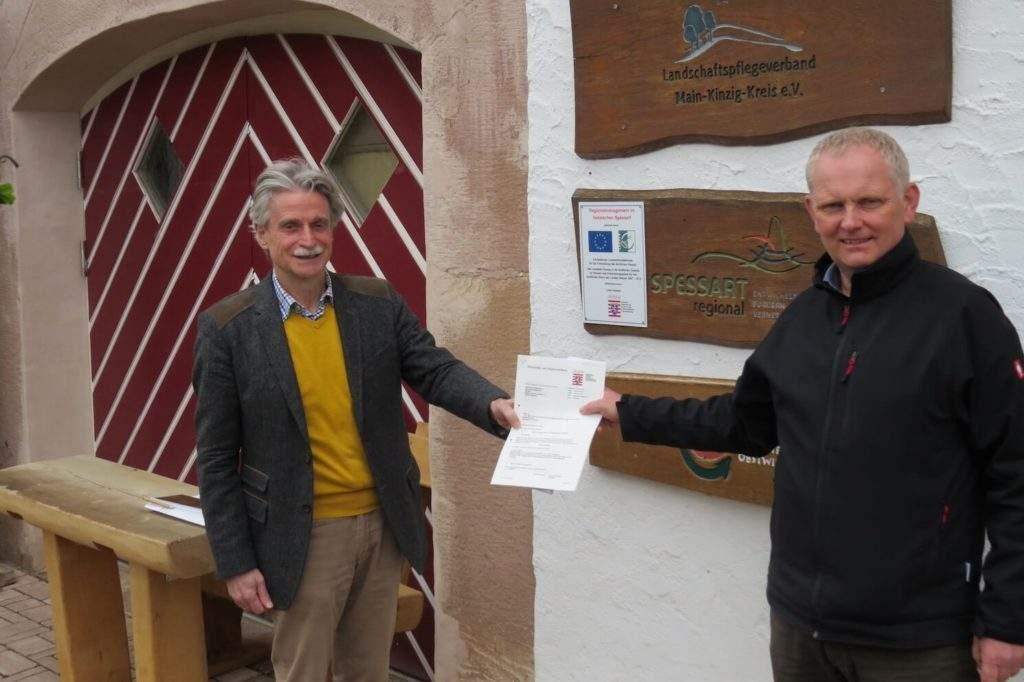 Thomas Dickert (links) und Vorsitzender Rainer Schreiber freuen sich