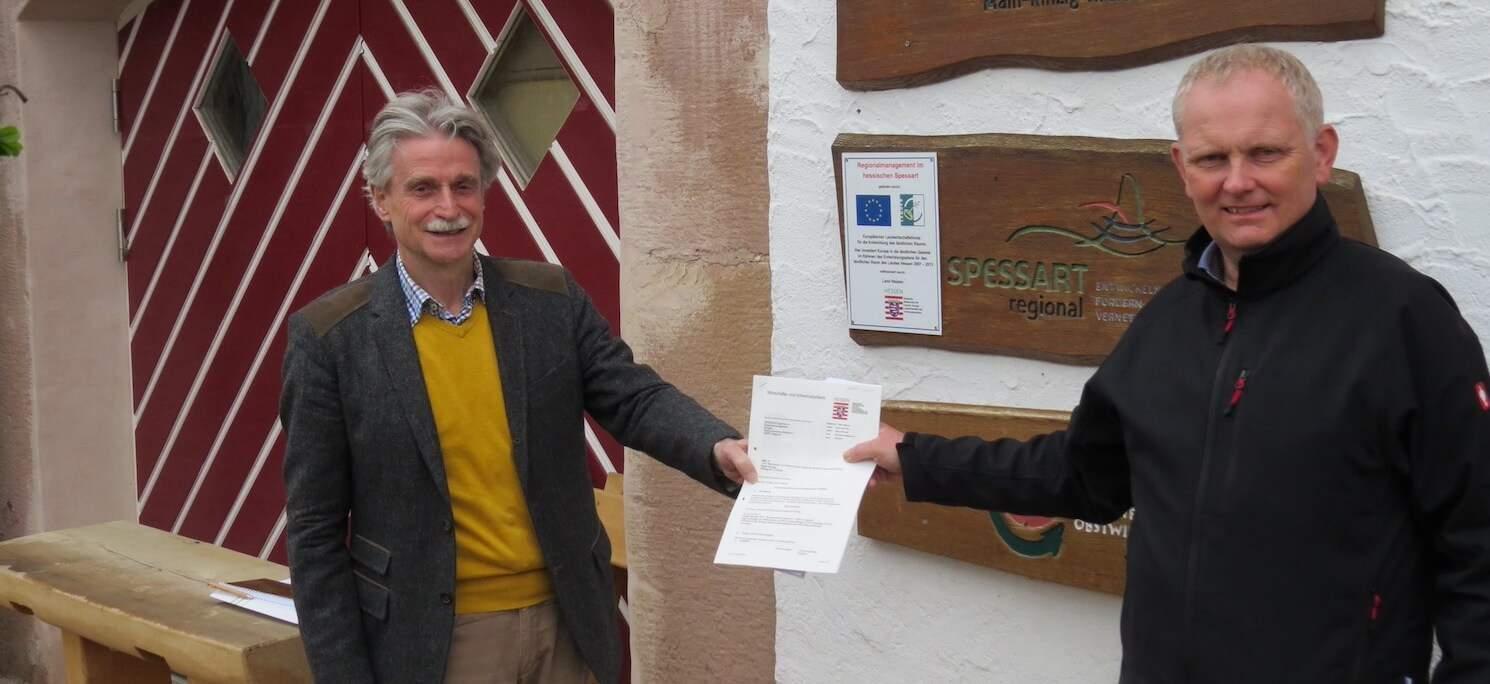 Thomas Dickert (links) und Vorsitzender Rainer Schreiber freuen sich.