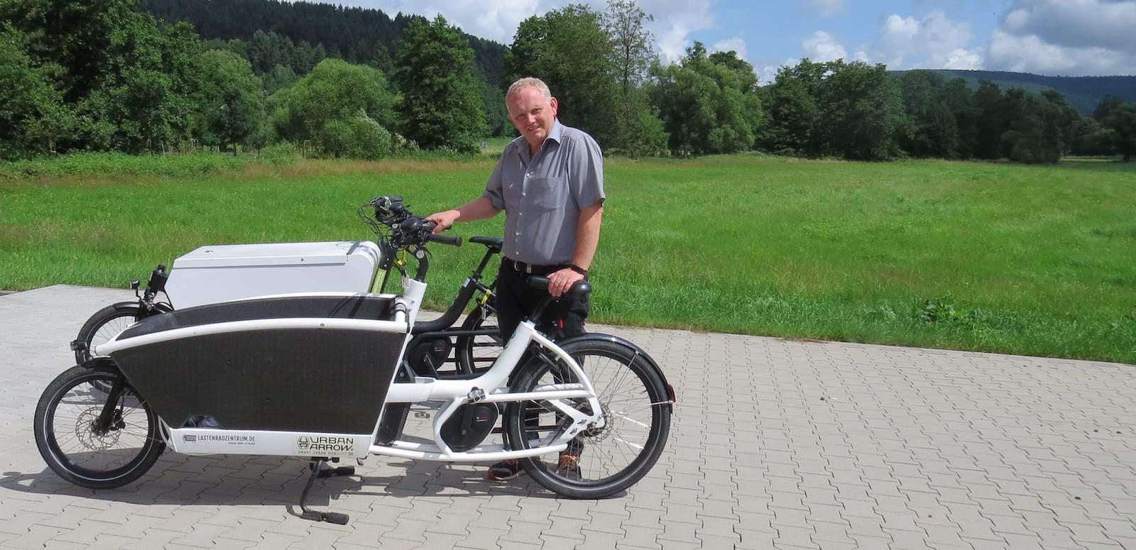 Bürgermeister Rainer Schreiber und 2 Lastenfahrräder
